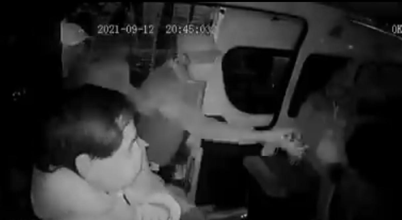 Así bajaron los pasajeros de una combi a asaltantes en Edomex