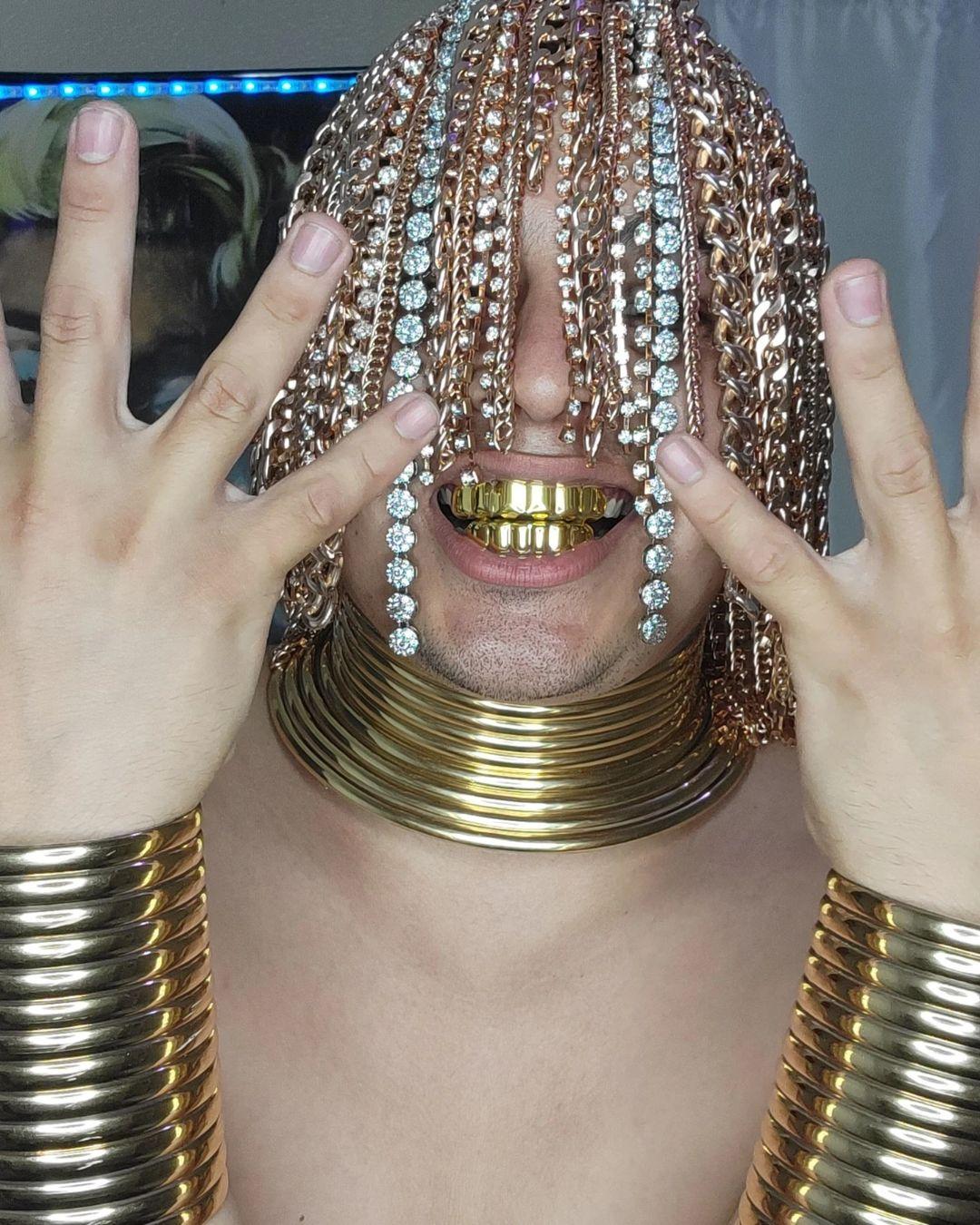 Pero... ¿qué demonios? Rapero mexicano se implanta cadenas de oro en la cabeza