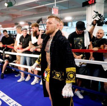 Conor McGregor con la bata Versace