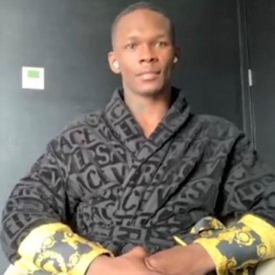 ISrael Adesanya con la bata Versace