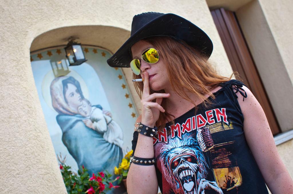 Piden sustituir a la directora de una escuela por publicar foto de Iron Maiden