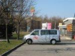 Az ORF az üres Kristály-üzletház parkolóban forgat, és kevés sikerrel osztrákokra vadászik. Vajon mi lehet a téma?