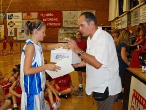 Kisréti Bianka, a serdülők csapatkapitánya Gundel Takács Gábortól vette át az oklevelet