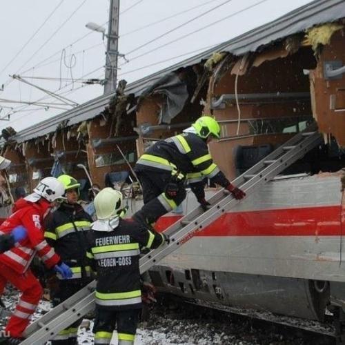 Személyvonatok ütköztek az osztrák Niklasdorf állomáson
