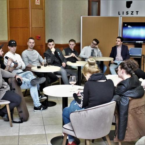 Könnyed, kötetlen és közvetlen közönségtalálkozót tartott a SATIVUS a Liszt Caféban