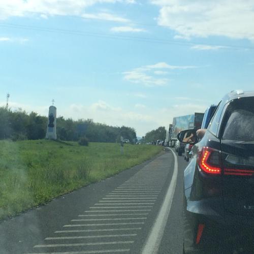 A 84-es elesett! Mindkét irányban közel tíz kilométeres a sor Sopronnál!