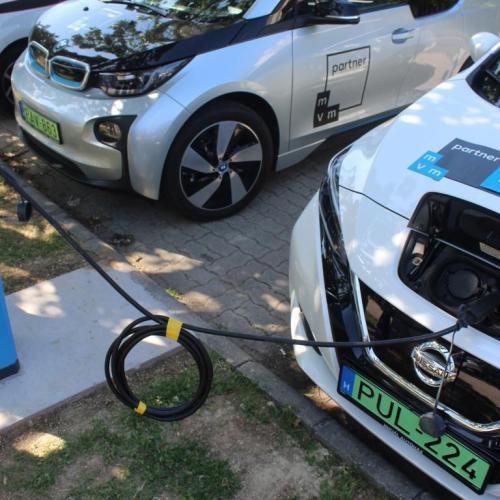 Az elektromos autókkal ismerkedtek a soproni tűzoltók