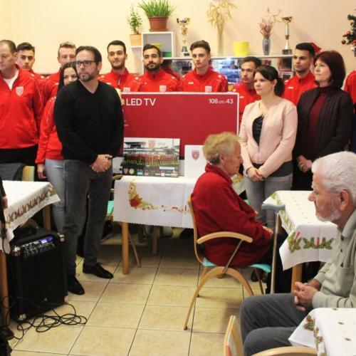 Karácsonyi ajándékot vittek az SC. Sopron játékosai az idősek otthonába