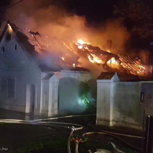 A tűz martalékává vált egy nádtetős épület Hidegségen