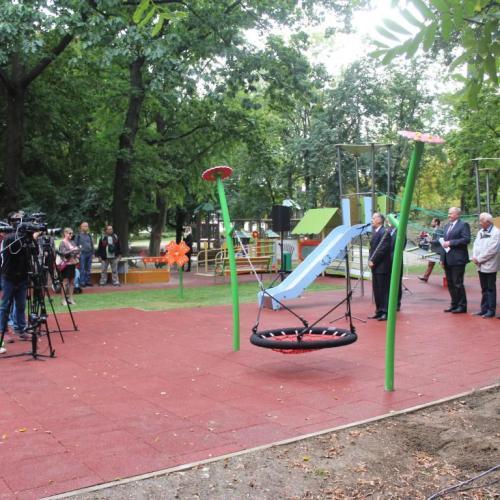 """Sopronba ért """"A játék összeköt!"""" program / Befogadó játszóteret avattak az Erzsébet-kertben"""