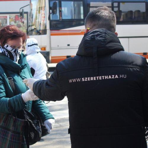 Több száz ingyenes maszkot osztottak ki csütörtökön a soproni önkéntesek