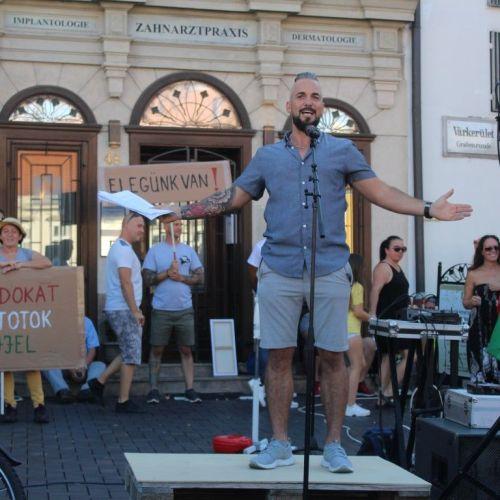 Megtöltötték a soproni közösségi teret a demonstráló ingázók ( képek )