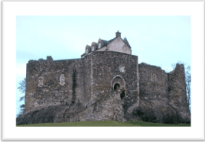 Dunstaffnage Castle: By Anne Burgess, CC BY-SA 2.0, https://commons.wikimedia.org/w/index.php?curid=447359