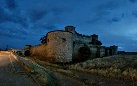 Castillo de noche en Amenar de Soria