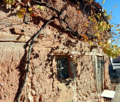 Típica fachada de adobe de una casa de Berzosa