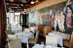 Best Italian Restaurant for dinner in Houston is Sorrento with a great menu, stellar service and incredible Italian cuisine.