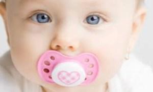bebê com chupeta