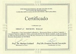 UNIVERSIDADE FEDERAL DO RIO GRANDE DO SUL FACULDADE DE ODONTOLOGIA CURSO DE ESPECIALIZAÇÃO EM DENTÍSTICA RESTAURADORA CERTiFICADO Certificamos que Marcelo Barboza Borille Frequentou: o Curso Internacional de Dentística - Restaurações Diretas com Resina Composta. A Ciência do Material e Aplicações Clinicas. ministrado pelo Prof. Dr. Markus Lenhard no dia 2 de Setembro de 2000, com duração de 4 horas. promovido pela Associação dos Ex-alunos do Curso de Especialização em Dentística Restauradora da FO/UFRGS