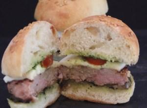 Mini BurgerBuns Salsiccia Melanzane Provola Pomodori e Salsa aromatica