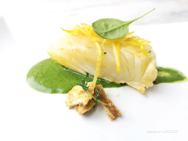 Baccalà agli agrumi, la sua pelle croccante e salsa agli spinaci: chi ha detto che pesce e spinaci è un piatto tristissimo??