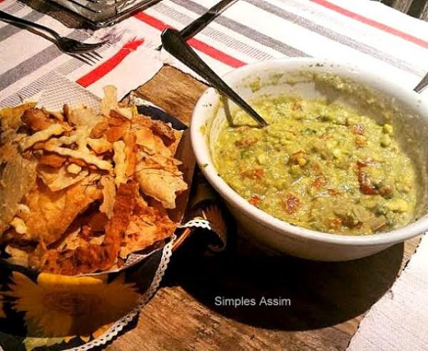 guacamole é um prato mexicano feito com abacate, tomate, cebolas e outros temperos. É servido com salgadinhos de milho e é um ótimo aperitivo.,muito fácil de fazer