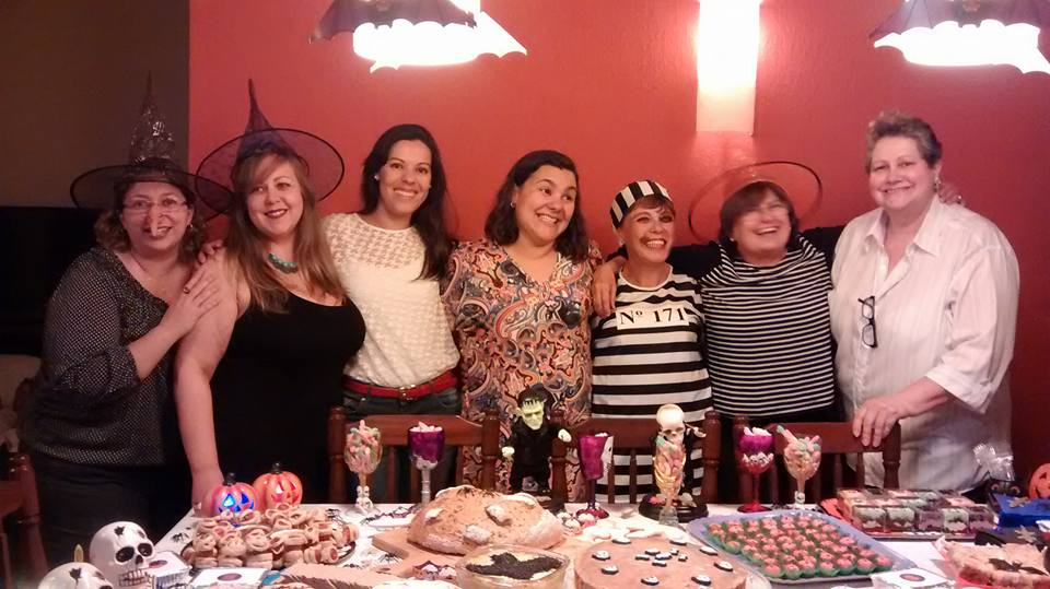 Nossa festa de Halloween.A Cintya é a de blusa branca, a terceira da esquerda para direita..A primeira, no mesmo sentido, é a Fla, do Arte na Cozinha, seguida da Ana Cláudia, do Ana Cláudia na Cozinha, a Cintya, do Cozinhar é Preciso, a Mel do Artes da Mel, a Catarina, do Ohh! Céuss!!, eu e a angela, do Ora Pitangas