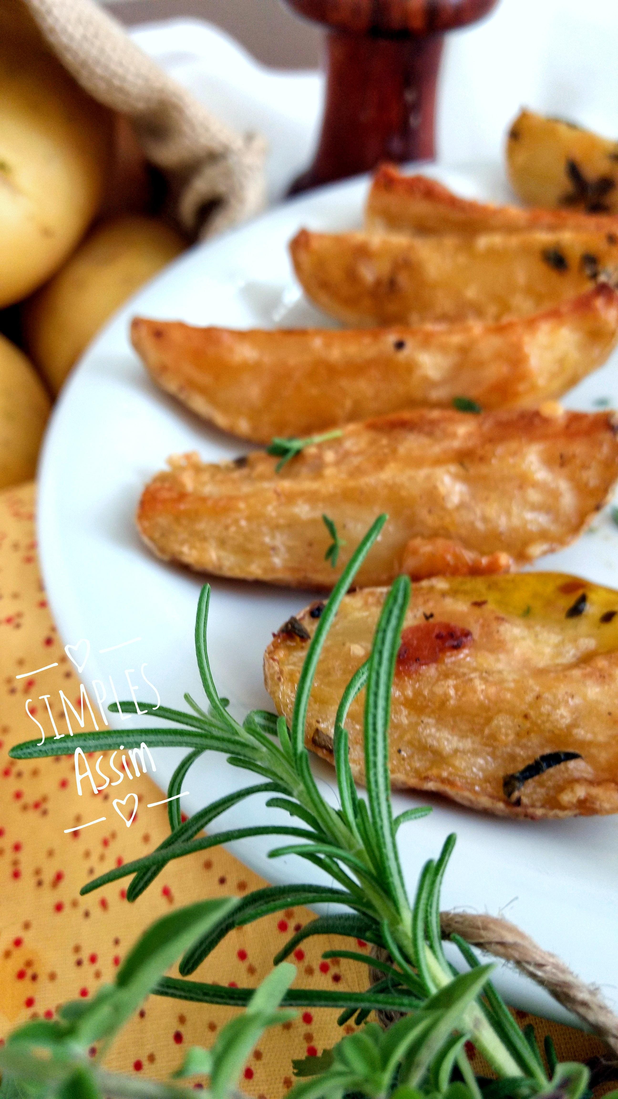 batatas assadas com alho , ervas e parmesão são fáceis de preparar, com poucos ingredientes - ervas, sal alho e pimenta - elas são feitas no forno e ficam crocantes e muito saborosas.