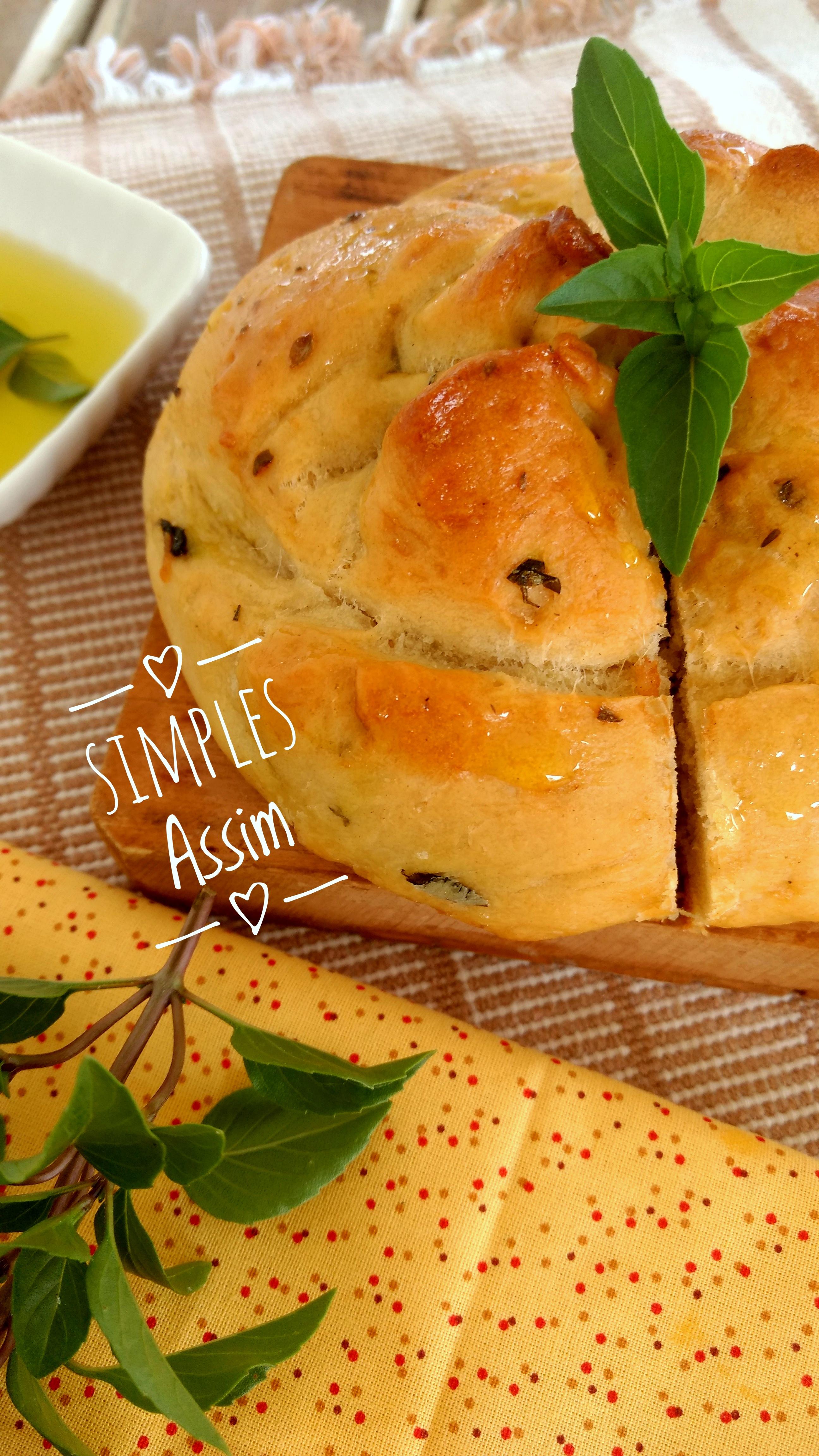 Este pão de manjericão e azeite é delicioso e muito fácil de fazer. Leva poucos ingredieetes e você prepara rapidamente.