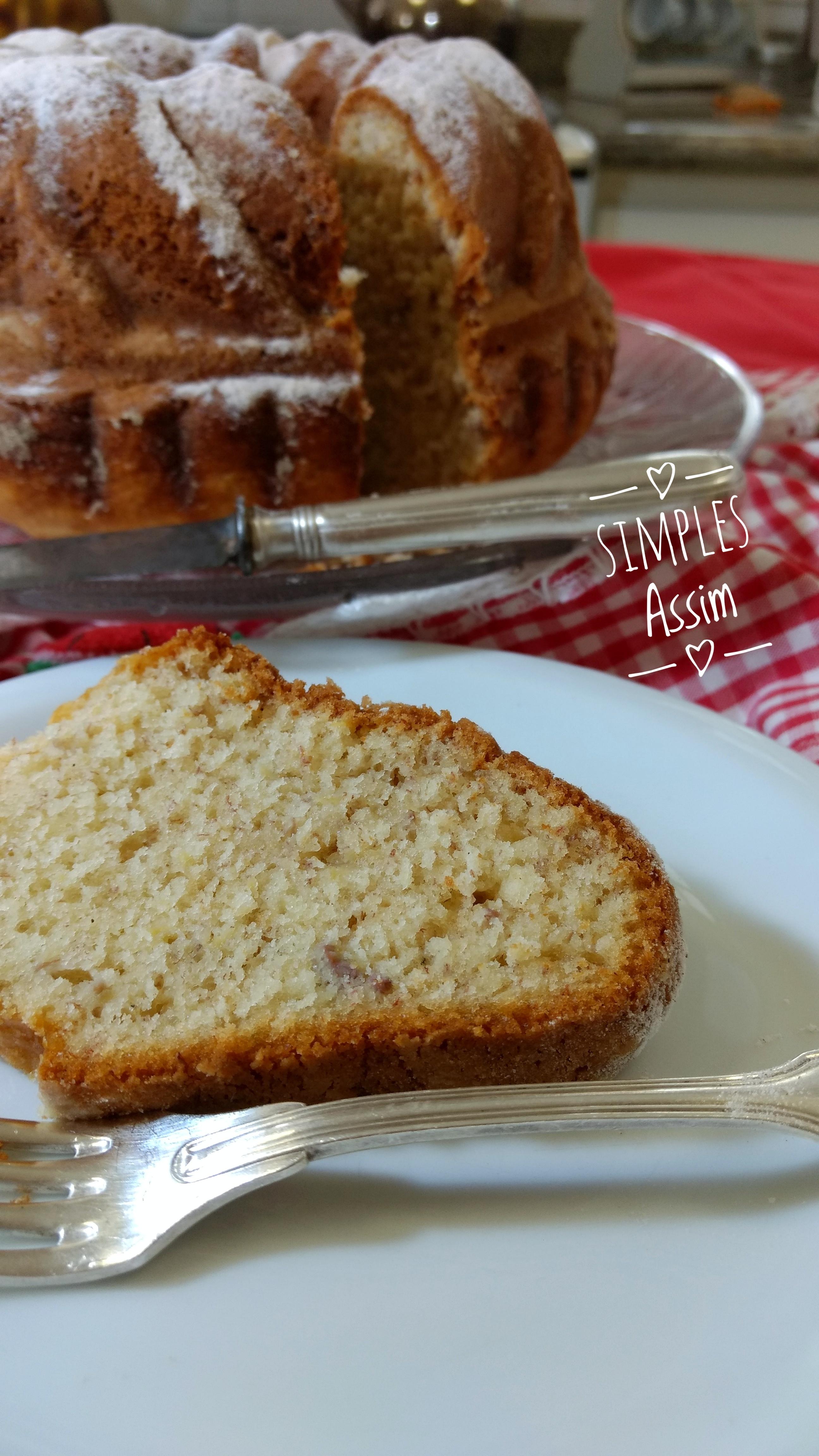 Este bolo de banana fofinho é muito fácil de preparar e leva poucos ingredientes. Fica uma delícia para acompanhar um cafezinho.