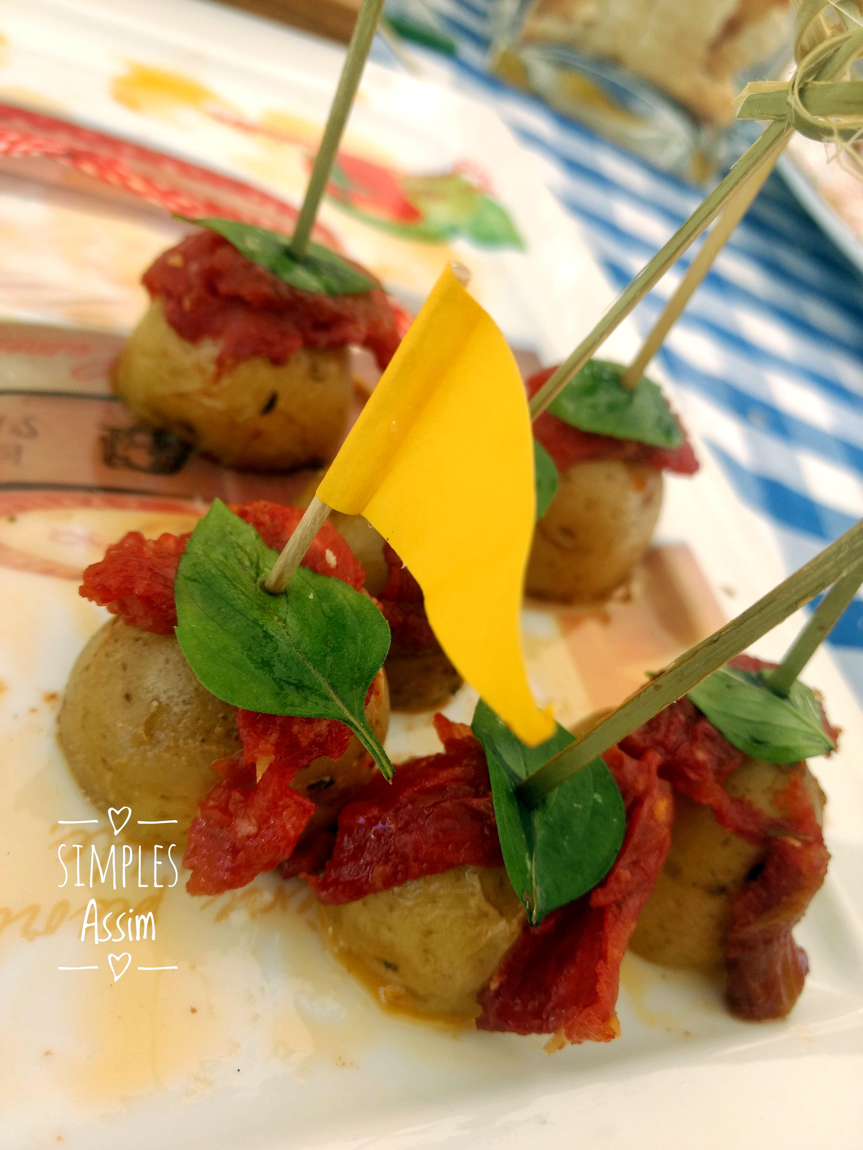 Essas batatinhas com tomate seco e manjericão são fáceis de fazer e são muito gostosas.