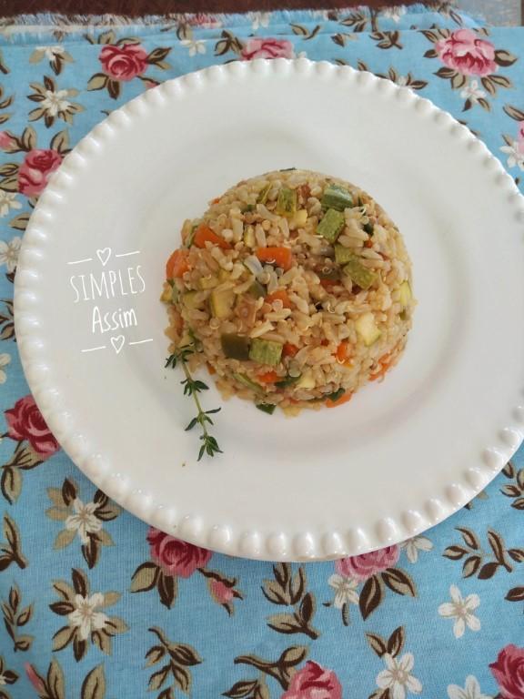 Esse arroz integral com quinoa e legumes pode ser servido como um prato único e é muito saudável