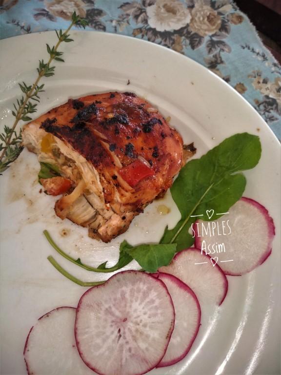 Esse peito de frango recheado com queijos, tomate e ervas é fácil de fazer e fica delicioso.