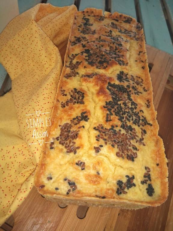 Esse pão de forma tradicional sem glúten é feito com fubá , farinha de arroz e polvilho doce