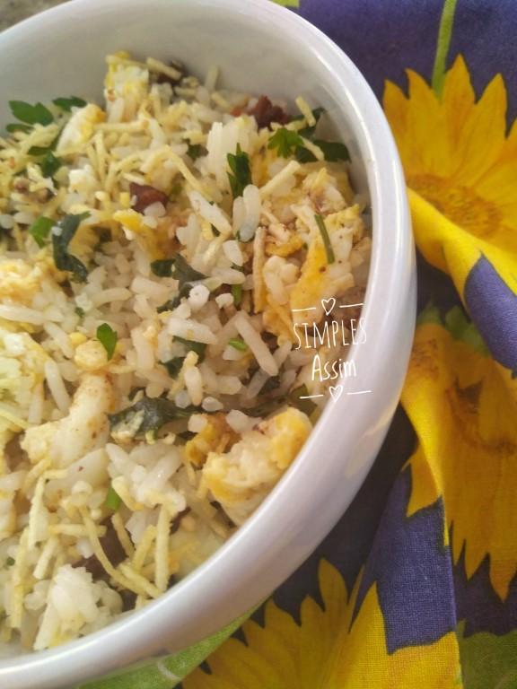 Esse arroz Biro Biro é leva ovos, bacon e batata palha