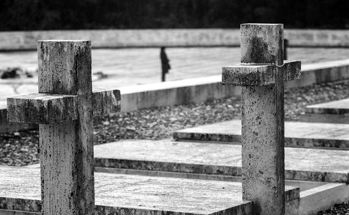Dettaglio di due croci del Cimitero di Montecassino. Foto di Sossio Mormile
