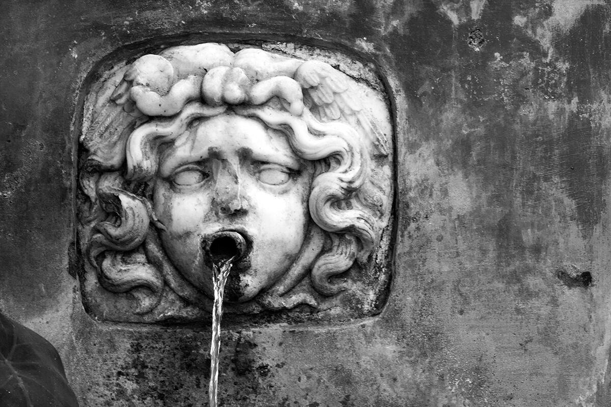 """Dettaglio della fontana """"Della Gorgone"""" del Giardino della Minerva a Salerno. Foto di Sossio Mormile"""