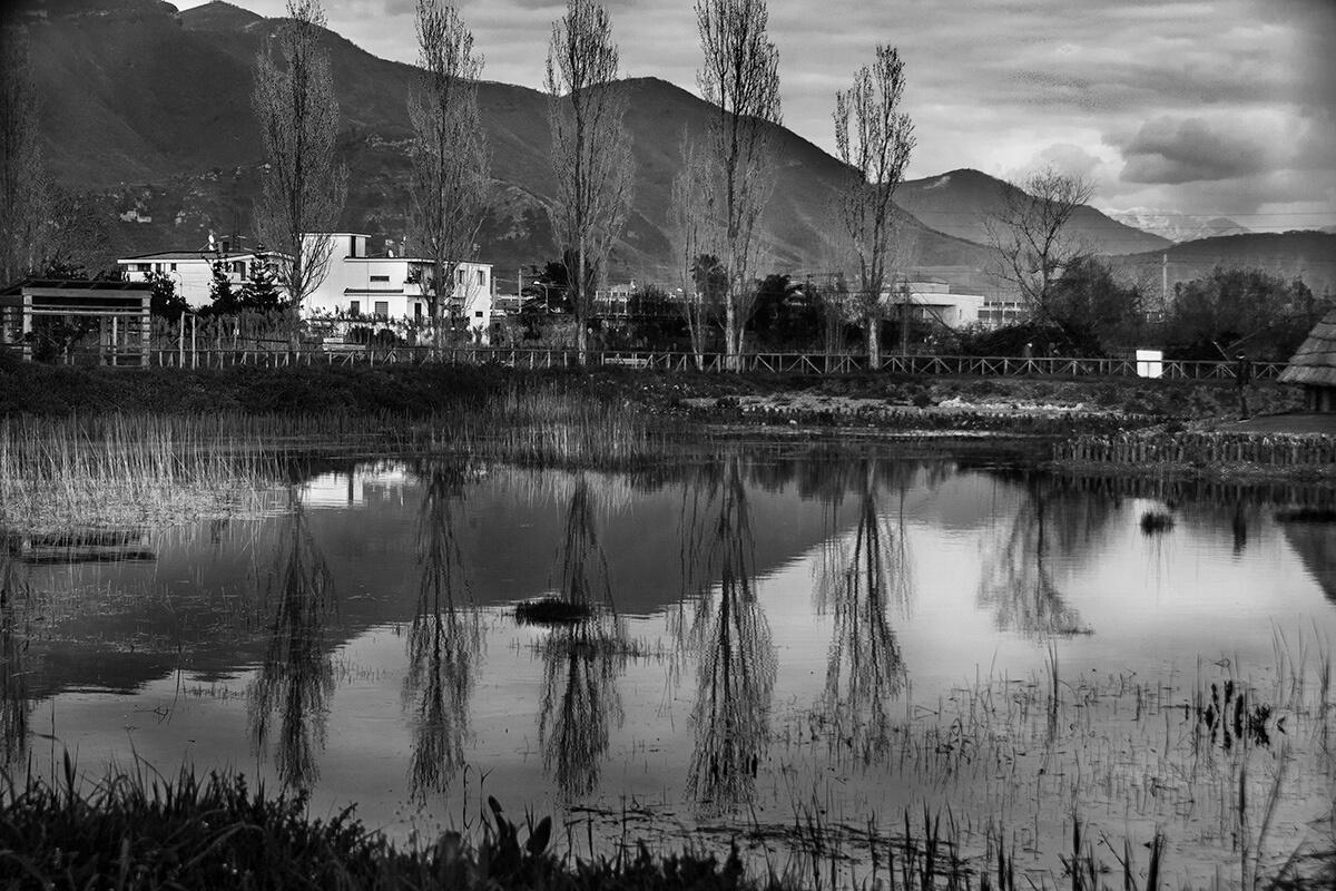 Vista sul fiume dal parco archeo-fluviale di Longola. Foto di Sossio Mormile