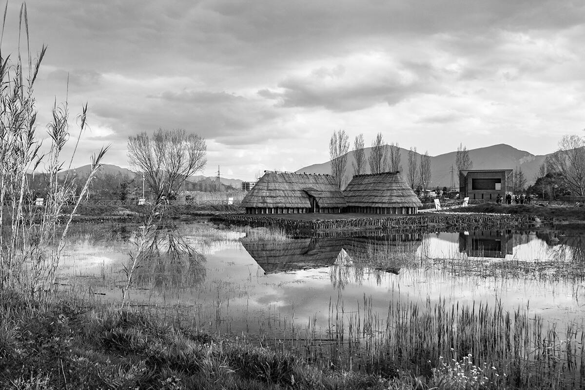 Insediamenti lungo il fiume del parco archeo-fluviale di Longola. Foto di Sossio Mormile