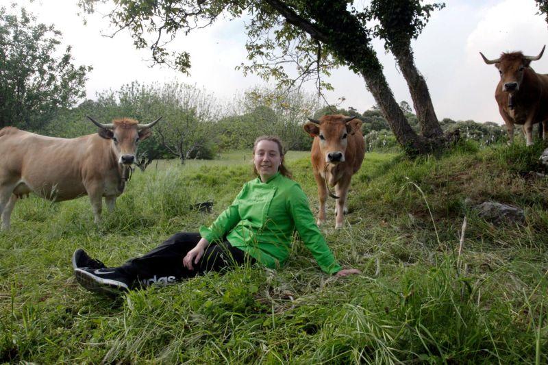 Judith Naves, fundadora de AsturSabor, junto a tres vacas casinas en Les Regueres