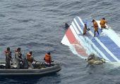 © Associated Press/Brazils Air Force - - Na tym zdjęciu, ujawnionym przez brazylijskie siły powietrzne, widać brazylijskich członków marynarki wydobywających wrak zaginionego francuskiego samolotu na Atlantyku w poniedziałek, 8 czerwca 2009