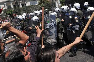 © Louisa Gouliamaki/AFP - Starcie demonstrantów z policją pod greckim parlamentem podczas protestów przeciwko bezprecedensowym cięciom potrzebnym na kredyty z UE i MFW o wartości 120 mld € (100 miliardów funtów)