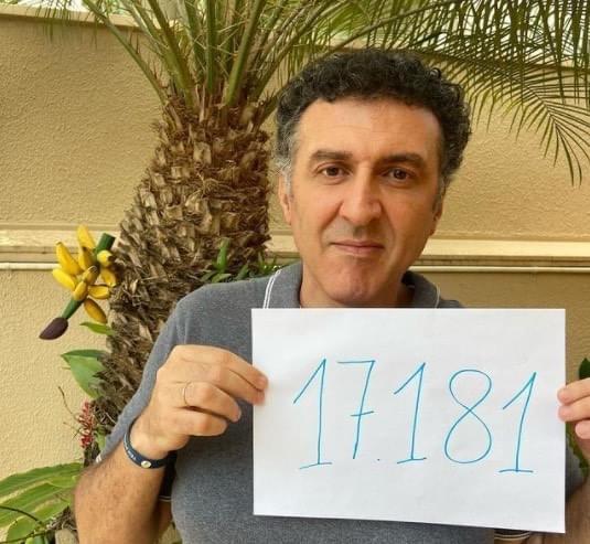 Pessoa segurando uma placa com o número 17181