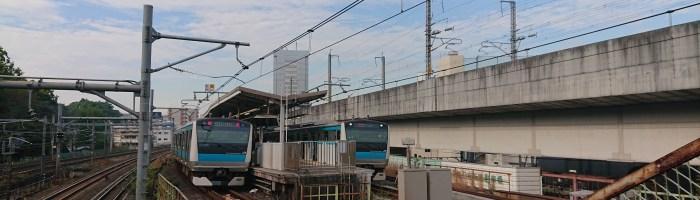 王子駅南口のこ線橋から京浜東北線を見る