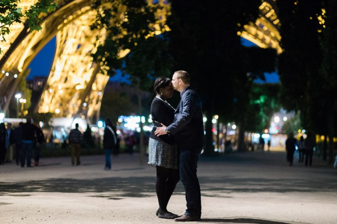seance photo couple tour eiffel paris couple mixte amoureux regards emotions photographe mariage soulbliss