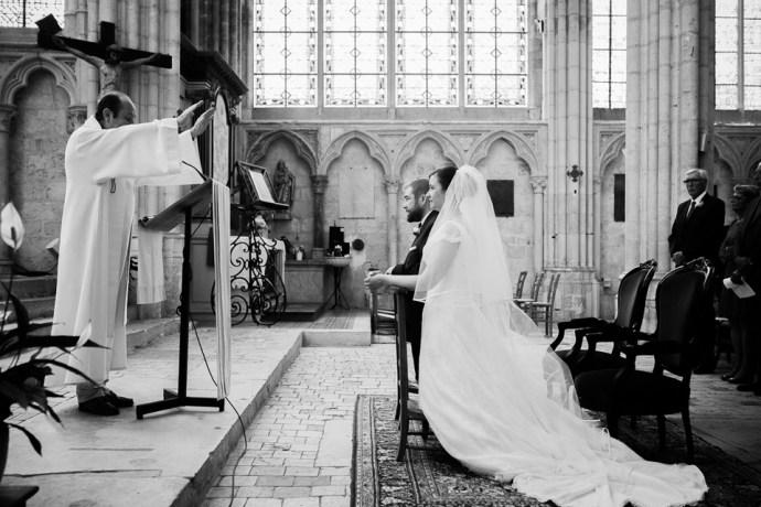 Mariage Moulin de Dampierre saint yon Église Saint-Sulpice de Saint-Sulpice-de-Favières cérémonie echange alliances oui maries photographe mariage paris soulbliss