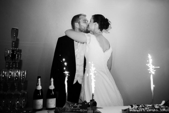 mariage moulin de dampierre saint yon réception soirée champagne traiteur clin doeil gourmand gâteaux étincelles bougies guirlande électriques maries photographe mariage paris essonne soulbliss