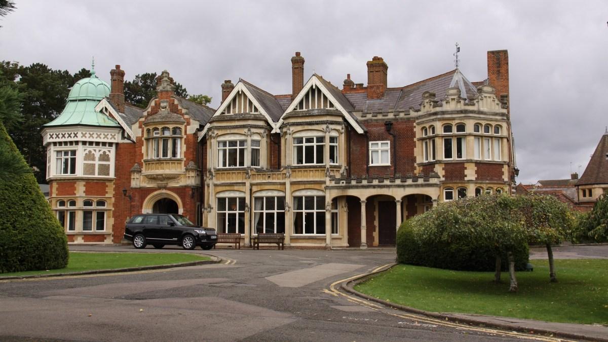 In diesem gemütlichen Landhaus, Bletchley Park, arbeiten zahllose Experten an der geistigen Vernichtung Deutschlands - Tina Wiegand - Soulfit - Pixabay - Johnmdyson