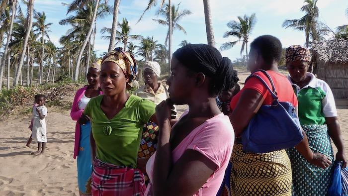 Mozambico Tofo donne con la capulana