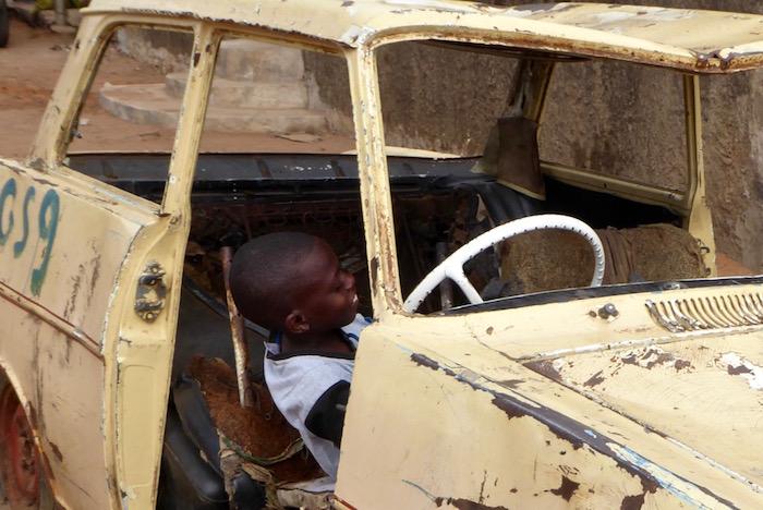 Bambino guida auto rottame a Mafalala