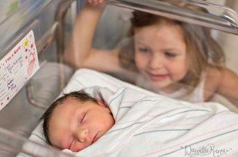 recém-nascido no hospital com irmã